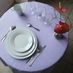 la formule prestige est composée de 10 assiettes de 26cm, 10 assiettes plates, 10 assiettes à dessert, 10 verres à eau, 10 verres à vin, 10 flûtes à champagne, 10 fourchettes, 10 couteaux, 10 petites cuillères, 10 grosses cuillères et de 5 tasses à café