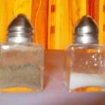 accessoires salière et poivrière carrées en verre