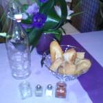 la formule art de table est composée d'une salière accompagnée de sa poivrière, d'une corbeille à pain,, 2 pots à condiments et 1 carafe ou 1 pichet